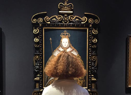 Portrait of the day calendar, visitor in front of Queen Elizabeth I portrait